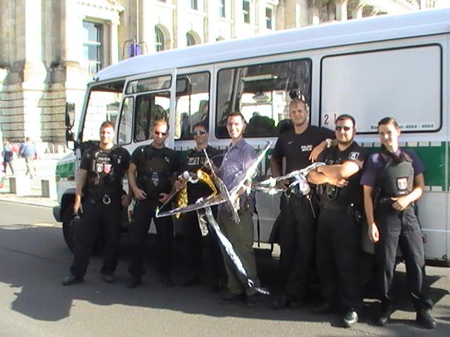 60-einige-der-freundlichen-aufgeschlossenen-polizisten-von-berlin-mit-demo-anmelder-ralf